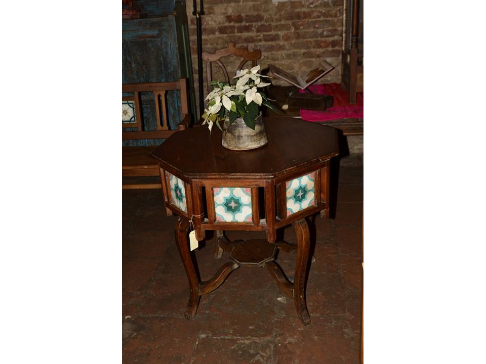 Achteckiger Tisch